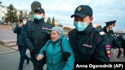Протестираща е арестувана от полицията в Улан-Уде в Източен Сибир, столица на руската република Бурятия
