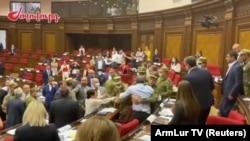 Parlamentdə dava
