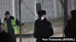 Полиция қызметкерлері Қазақстан ұлттық қауіпсіздік комитеті әуе қызметінің АН-26 әскери ұшағы құлаған жерге ешкімді өткізбей тұр. Алматы әуежайы, 13 наурыз 2021 жыл.