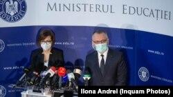 Concursurile pentru posturile de conducere din școli au fost anunțate înainte de a fi legale. Era nevoie de modificarea reglementărilor de prevenire a răspândirii Covid-19. (Foto: Ministru Sănătății, Ioana Mihăilă și cel al Educației, Sorin Câmpeanu, 1 septembrie 2020)