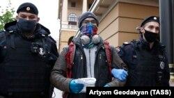 Polis təkbaşına piket keçirəni saxlayır
