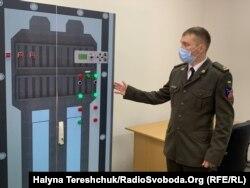 Олександр Салівончик показує модернізовану стійку керування