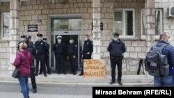 "Transparent ispred zgrade MUP-a HNK tokom protestnog okupljanja zbog ""policijske brutalnosti"" u Mostaru, (12. april)"