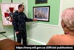 Представители миссии ORBITAL подарили командующему ВМС Украины картину с изображением флагманского корабля лорда Нельсона в Трафальгарской битве
