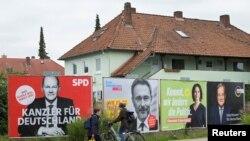Cancelara germană Angela Merkel se retrage după16 ani, după alegerile generale de duminică, 26 septembrie. Afișe electorale în Hmaburg, 23 septembrie 2021.