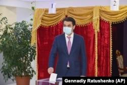 Рустам Эмомали голосует на президентских выборах 11 октября