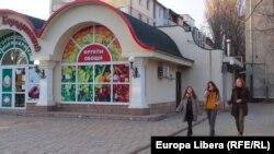 Tinere mergând pe stradă la Tiraspol