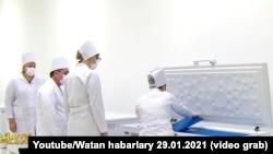 Кадр из программы «Ватан» о российской вакцине против COVID-19 «Спутник V» гостелевидения Туркменистана, 29 января 2021 г.
