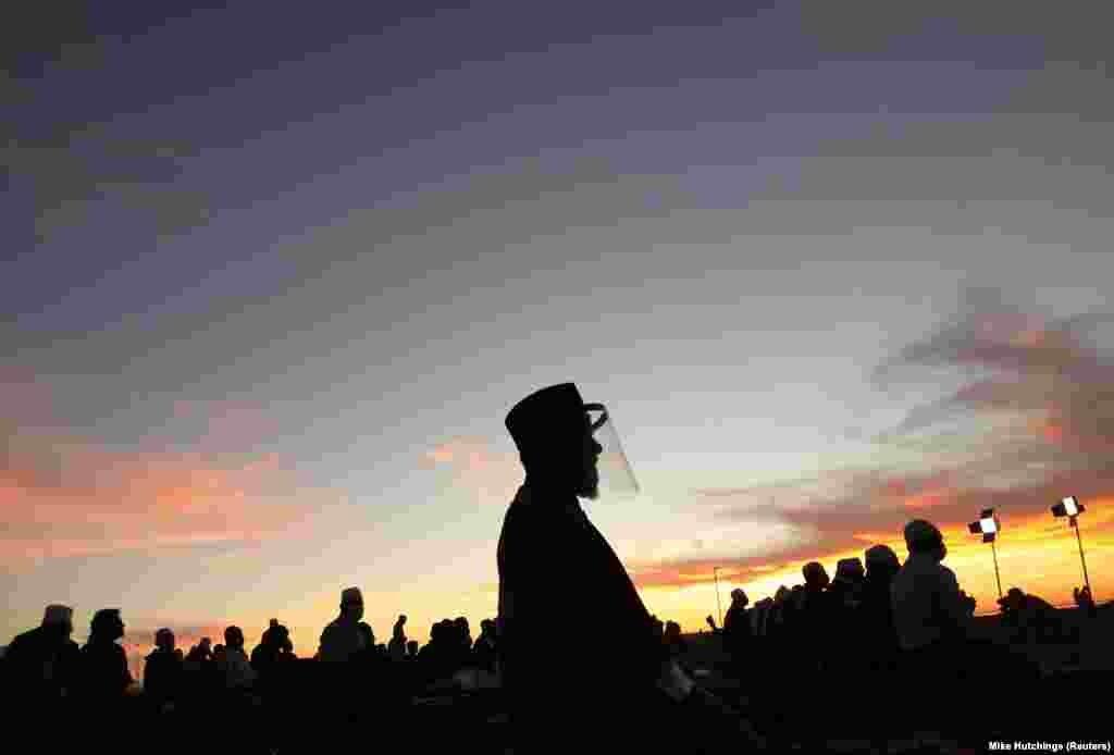 Кейптаун, ЮАР. Мусульмане в ожидании нового месяца, знаменующего начало Рамадана, на набережной Си-Пойнт