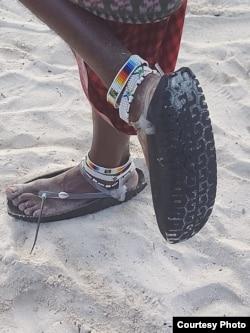 Занзибар. Ноги местного жителя на пляже
