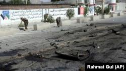 پولیس کابل گفته که دو انفجار همزمان در غرب کابل جان هفت غیرنظامی را گرفته و شش نفر را زخمی کرده است.
