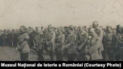 Regele Ferdinand I trece în revistă trupele române, 1917. Sursa: Expoziția Marele Război, 1914-1918