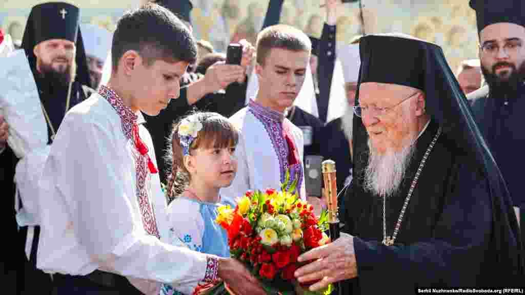 Діти вітають Вселенського патріарха Варфоломія
