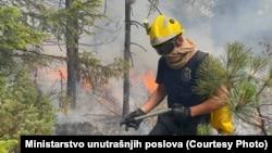 Kako se dodaje, na gašenju požara angažovani su vatrogasci – spasioci iz 13 organizacionih jedinica MUP Srbije