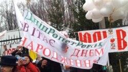 Юлію Тимошенко через паркан вітали з Днем народження