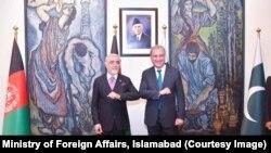 عبدالله عبدالله رئیس شورای عالی مصالحه ملی افغانستان (چپ) با شاه محمود قریشی وزیر خارجه پاکستان در اسلام آباد
