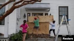 Жителите на Луизијана се подготвуваат за ураганот Ида