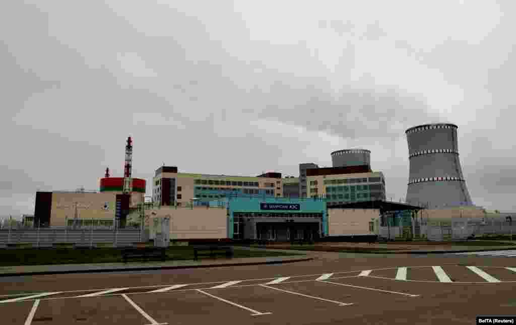 БЕЛОРУСИЈА - Единствената нуклеарна централа во Белорусија запре со производство на електрична енергија на само три дена откако беше пуштена во употреба. Централата официјално ја отвори авторитарниот лидер Александар Лукашенко, велејќи дека неговата земја ќе стане земја со нуклеарна моќ. Нуклеарната централа се наоѓа во близина на границата со Литванија.
