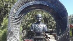 На севастопольському кладовищі виявили бюст Януковича (відео)