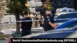 В здании Кабинета Министров мужчина угрожал людям гранатой.