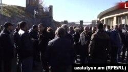 Անհետ կորած զինծառայողների հարազատները ՊՆ շենքի մոտ, 24-ը նոյեմբերի, 2020