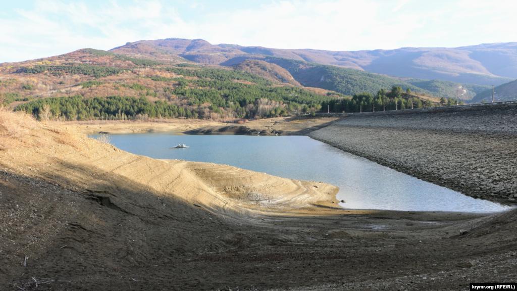 Рівень води істотно впав за кілька місяців. За даними російської влади Ялти, водосховище наповнене лише на 17%