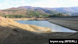 Резко обмелевшее Счастливенское водохранилище под Ай-Петри, ноябрь 2020 года