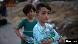 Copii din tabăra de refugiați Moria, de pe insula Lesbos după incendiul de miercuri, Grecia, 9 septembrie 2020.