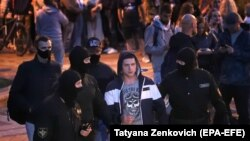 Minskde polisiýa protest ýörişine gatnaşýan bir adamy tussag edýär. 26-njy awgust, 2020-nji ýyl.