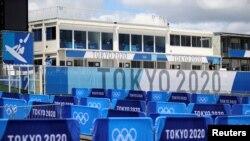 Вывески Олимпийских игр-2020 в Токио на пляже Цуригасаки, месте проведения соревнований по серфингу, в городе Ичиномия, префектура Тиба, Япония. 18 июля 2021 года