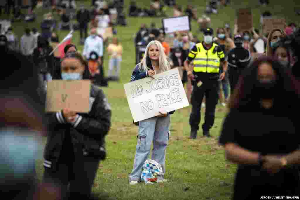 Протестувальники тримають плакати та скандують під час демонстрації проти расизму в Алмері, Нідерланди