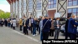 Pamje afër qendrës së vaksinimit në Prishtinë më 12 maj.