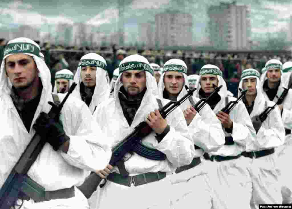 Мусульманская бригада боснийской армии марширует на параде в Зенице в 1995 году. Также широко распространено мнение, что бин Ладен оказывал помощь иностранным джихадистам, чтобы они сражались вместе с боснийскими мусульманами во время войн 1990-х годов в бывшей Югославии. Иностранные исламистские боевики были известны своей жестокостью.