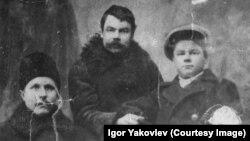 Алексей Егорович, Анисим Егорович и старший сын Анисима Игнатий. Середина 1920-х
