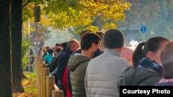 Очередь молдавских избирателей на участок в Парме, Италия