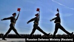 Լուսանկարում ռուս զինծառայողները մասնակցում են Հաղթանակի զորահանդեսի փորձին, 15-ը հունիսի, 2020թ.
