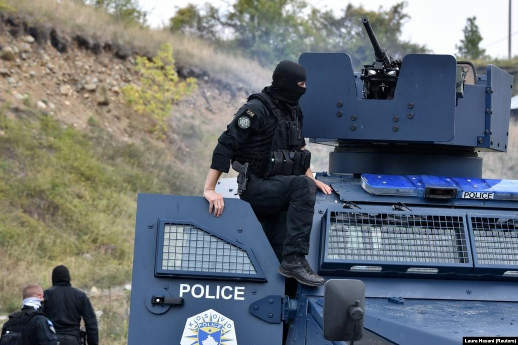 Një pjesëtar i njësitit special të Policisë së Kosovës mbi një autoblindë, në Jarinjë. (27 shtator)