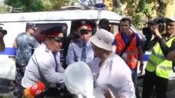 Almatıda keçirilən aksiya zamanı polis adamları saxlayıb maşınlara mindirir