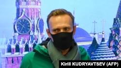 Российский оппозиционный политик Алексей Навальный в аэропорту Москвы по возвращении из Берлина, где он проходил лечение после отравления боевым ядом «Новичок». 17 января 2021 года.