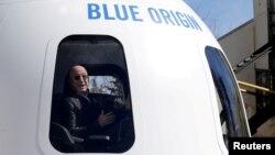 Джефф Безос в капсуле корабля New Shepard 20