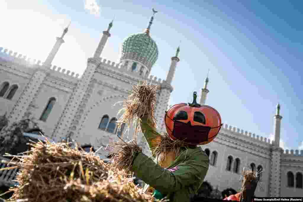 Украшенные к Хэллоуину сады Тиволи в Копенгагене, Дания