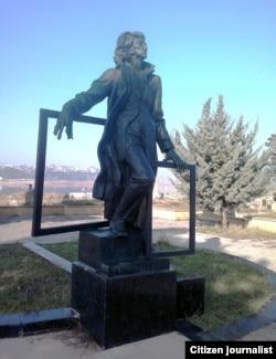 Озари рассоми Саттор Баҳлулзодага қўйилган ҳайкал