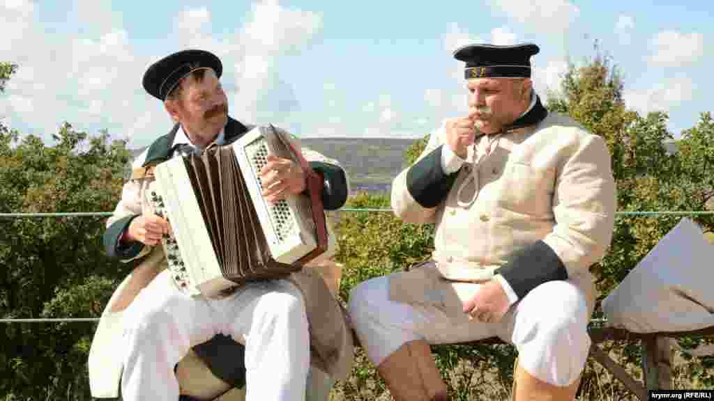 Реконструкторы в униформе матросов российского императорского флота времен Крымской войны поют песню «Яблочко»