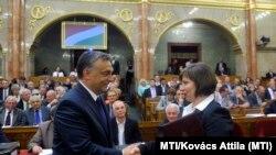 Orbán Viktor miniszterelnök gratulál Karas Monikának, a Nemzeti Média- és Hírközlési Hatóság (NMHH) Médiatanácsa megválasztott elnökének az Országgyűlés plenáris ülésén 2013. szeptember 9-én.