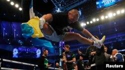 Український боксер Олександр Усик святкує перемогу над британським чемпіоном світу Ентоні Джошуа, танцюючи гопак. Лондон, 25 вересня 2021 року