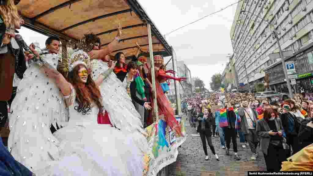 У ході взяли участь drag queens (артисти-чоловіки, що виступають у жіночих образах – ред.). Вони їхали на окремій платформі