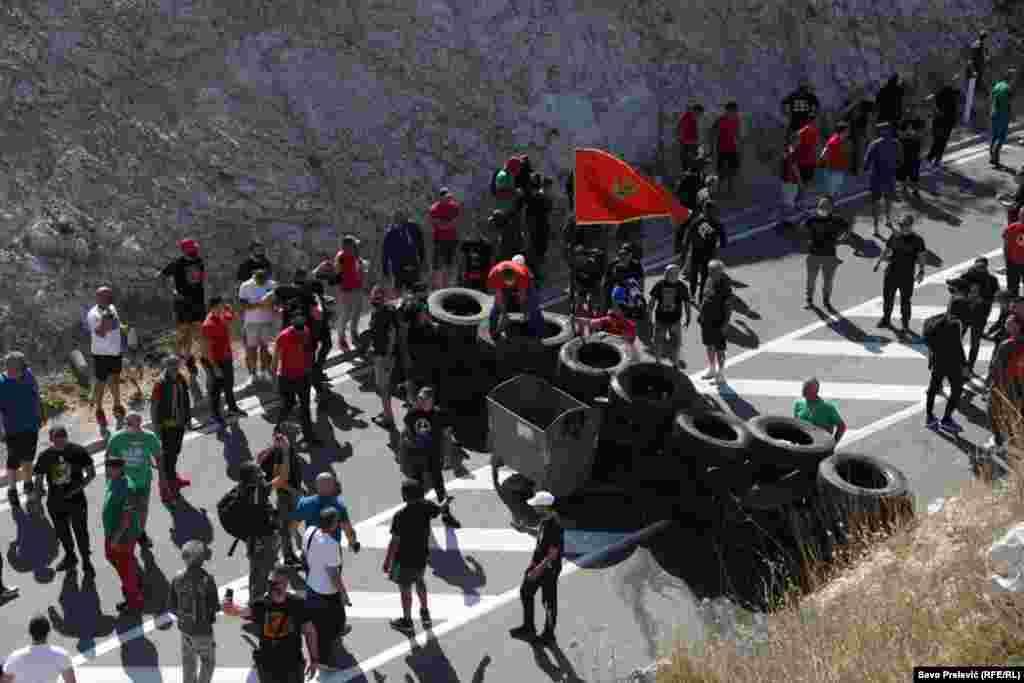 Противници на устоличувањето на на црногорско-приморскиот митрополит Јоаникие на Српската православна црква поставија барикади, во најголем дел од автомобилски гуми на 1 километар од влезот во Цетиње.