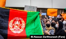 تجمع شهروندان افغان مقابل سفارت پاکستان در تهران در اعتراض به حمایت پاکستان از حکومت طالبان