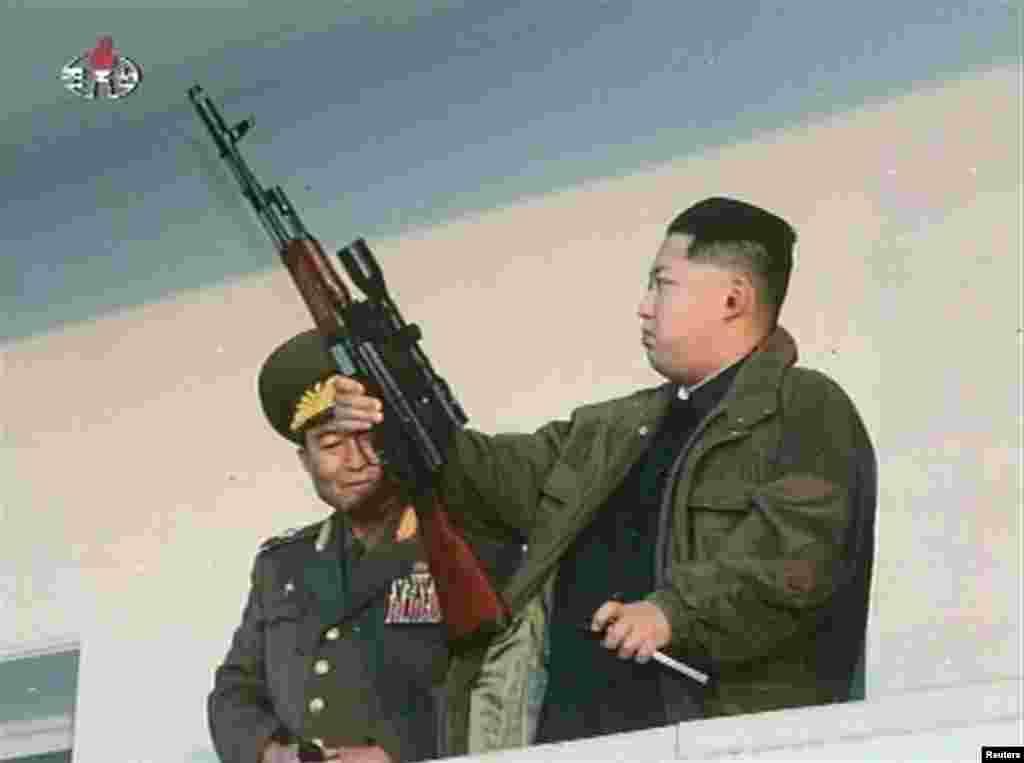 Северокорейский лидер Ким Чен Ын с оружием в руках в январе 2012 года, вскоре после установления контроля над коммунистической диктатурой.