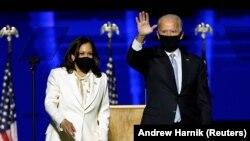 Кандидат в вице-президенты от Демократической партии Камала Харрис и кандидат в президенты США от Демократической партии Джо Байден приветствуют сторонников на предвыборном митинге после того, как средства массовой информации объявили, что Байден победил на президентских выборах в США 2020 года, в Уилмингтоне, штат Делавэр, США.